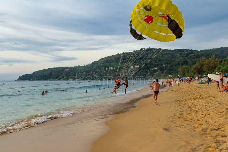I paracadutisti sorvolano il mare immagine stock