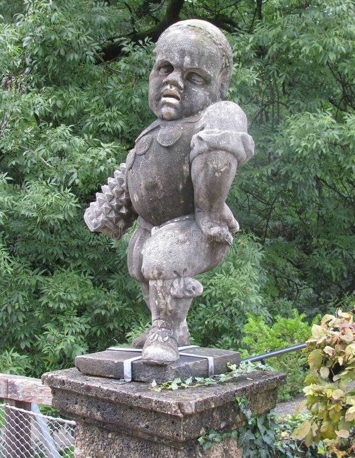 I parchi a Salisburgo ornano gli gnomi leggiadramente fotografie stock libere da diritti