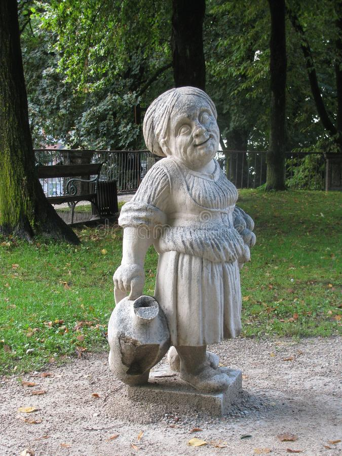 I parchi a Salisburgo ornano gli gnomi leggiadramente fotografia stock libera da diritti