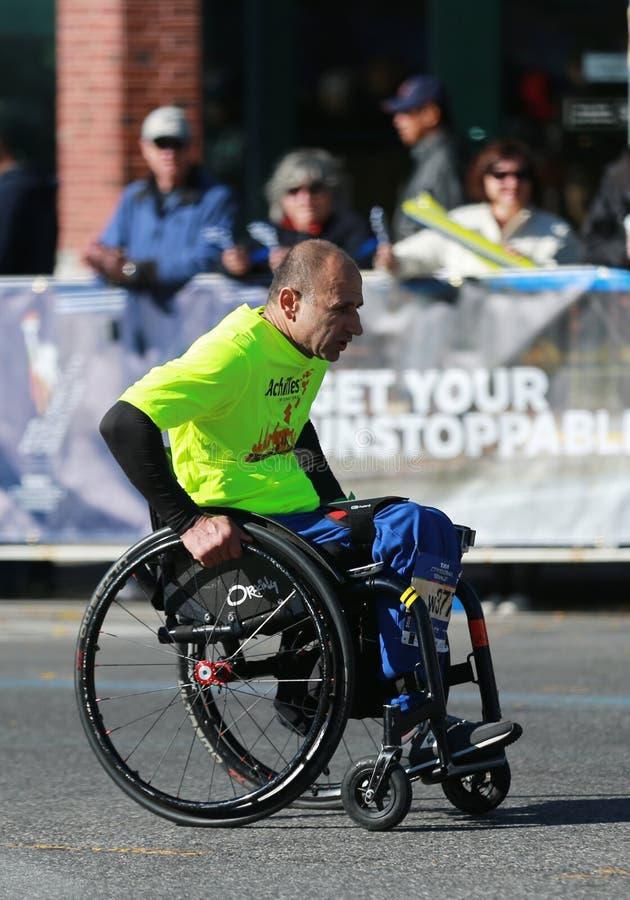 I partecipanti maratona di divisione della sedia a rotelle di New York attraversano 26 2 miglia attraverso tutte e cinque le citt fotografia stock libera da diritti