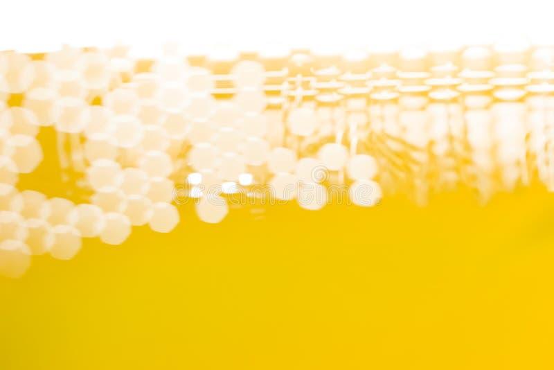 I passaggi leggeri attraverso la struttura della maglia, formante i punti esagonali vaghi sottragga la priorità bassa immagini stock