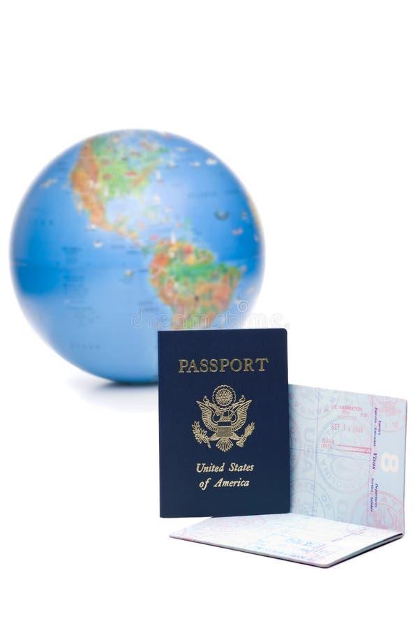 I passaporti americani hanno timbrato con i visti di corsa nella parte anteriore fotografia stock