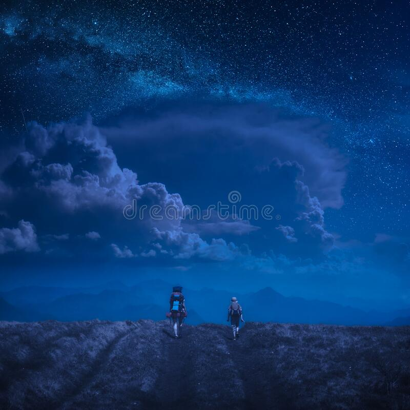 I passatempi della famiglia sotto il cielo stellato immagini stock