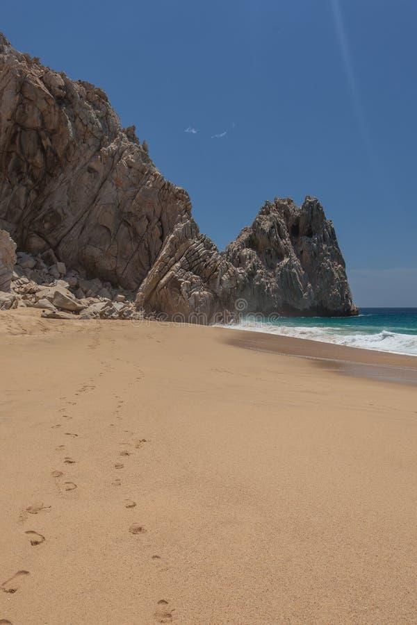 I passi nella sabbia agli amanti tirano in Cabo San Lucas, Messico fotografie stock libere da diritti