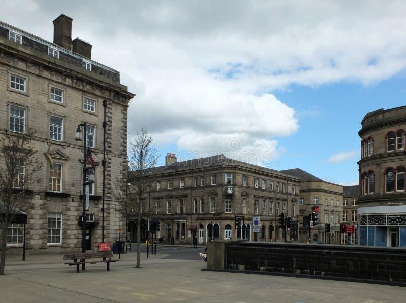 I pedoni in st Georges Square camminano dopo le vecchie costruzioni di pietra storiche intorno all'area pedonale fotografia stock libera da diritti