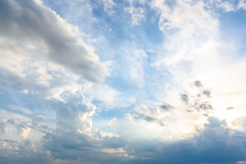 I pellami del sole dietro le belle nuvole fotografia stock libera da diritti