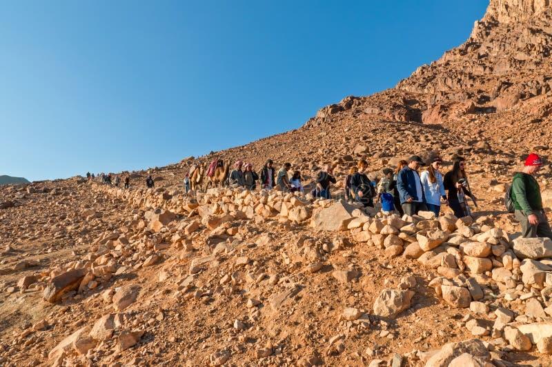 I pellegrini che discendono dal Sinai montano, l'Egitto fotografie stock libere da diritti