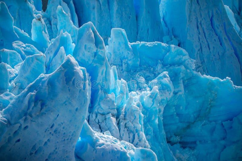 I pendii del ghiacciaio blu emettono luce alla luce Shevelev fotografie stock libere da diritti