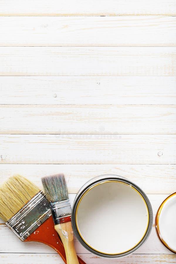 I pennelli sul bordo di legno hanno preparato per la verniciatura nel bianco fotografie stock libere da diritti