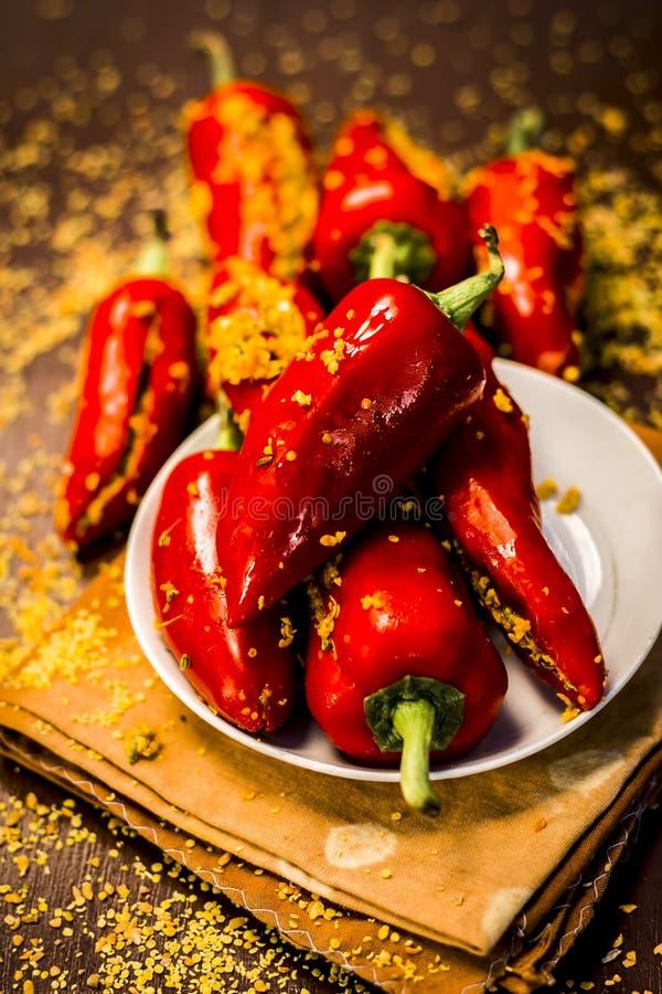 I peperoncini rossi rossi marinano marinato in semi di senape ed olio di senape Concetto gotico scuro di natura morta di stile immagine stock libera da diritti