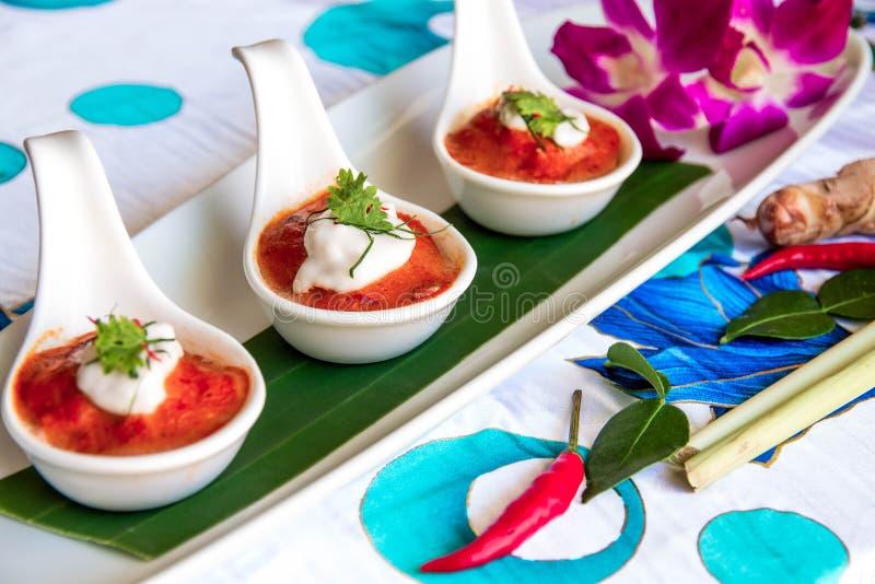 I peperoncini rossi strigliano sul cucchiaio bianco tre fotografia stock libera da diritti
