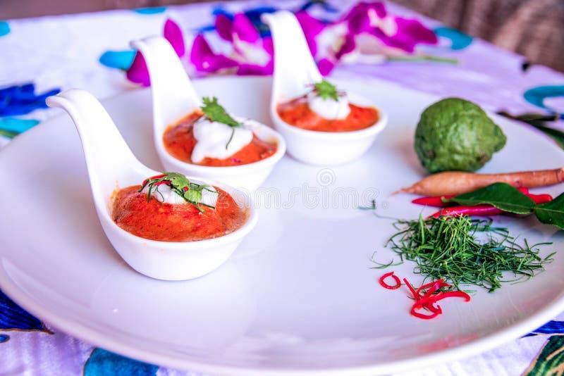 I peperoncini rossi strigliano sul cucchiaio bianco tre fotografie stock libere da diritti