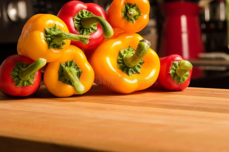 I peperoni hanno accatastato il livello fotografie stock