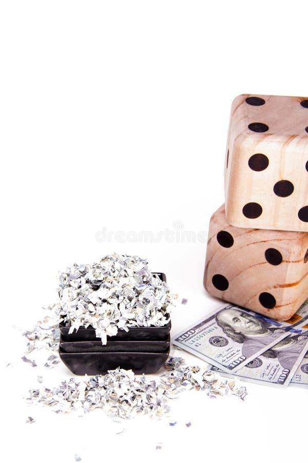 I pericoli di presa della cura dei vostri soldi Fondo di soldi tagliuzzati accanto a cento banconote in dollari fotografia stock