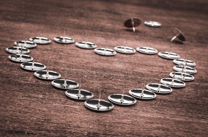 i perni hanno sistemato in un'illustrazione di forma 3d del cuore illustrazione di stock