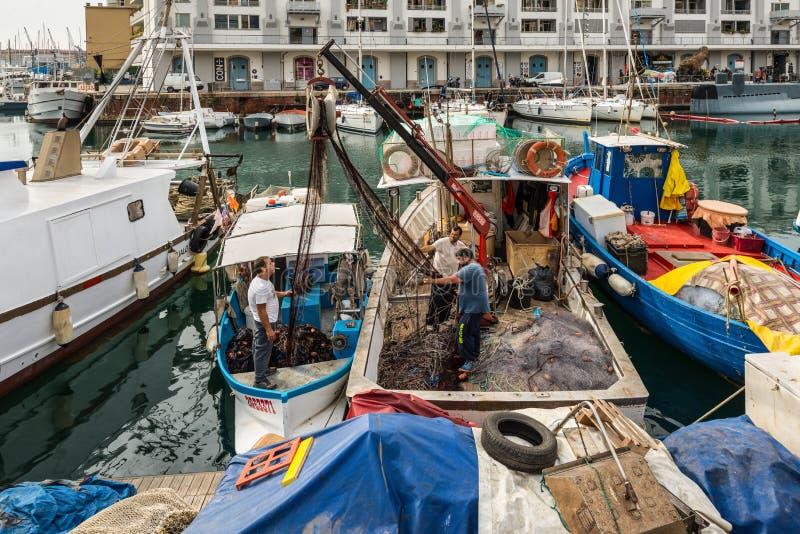 I pescatori sistema la loro rete da pesca in Genoa Genova, Liguria, costa Mediterranea, Italia immagine stock