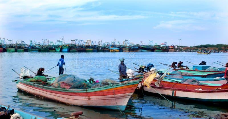 I pescatori sono pronti a pescare il pesce nel arasalaru del fiume vicino alla spiaggia karaikal fotografia stock libera da diritti