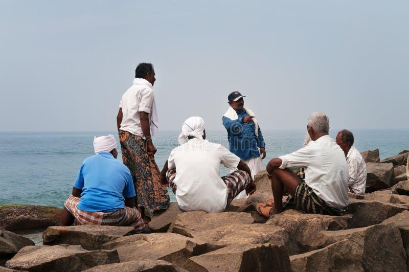 I pescatori stanno riposando dopo lavoro sulla spiaggia di Samudra in Kovalam immagine stock