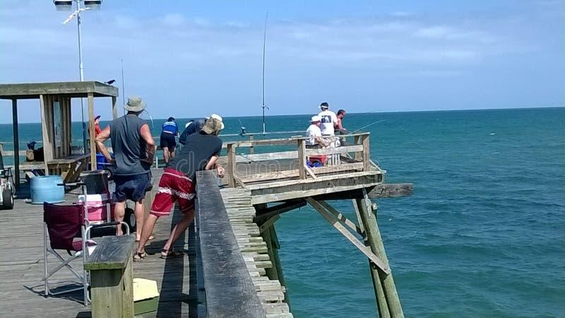 I pescatori su Kure tirano il pilastro in secco sulla Nord Carolina della costa Est immagini stock
