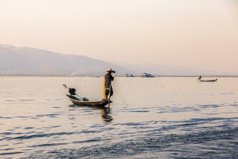 I pescatori sul lago Inle nel Myanmar fotografia stock libera da diritti
