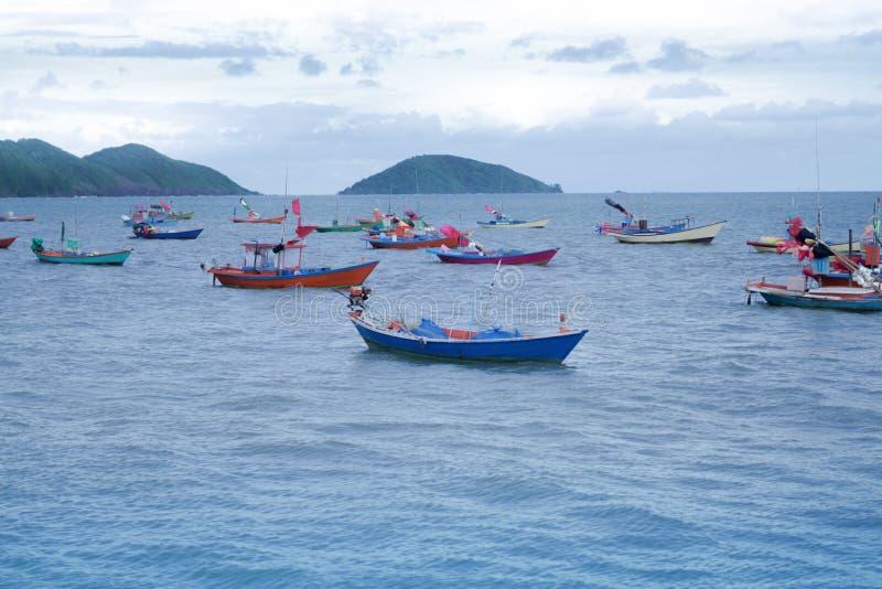 I pescherecci galleggiano sul mare su un bello cielo blu immagini stock libere da diritti