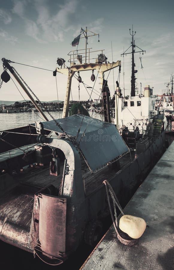 I pescherecci industriali sono attraccati in porto fotografie stock