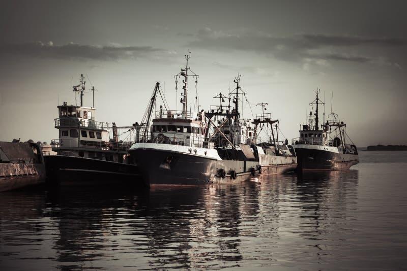 I pescherecci industriali sono attraccati in porto fotografia stock libera da diritti