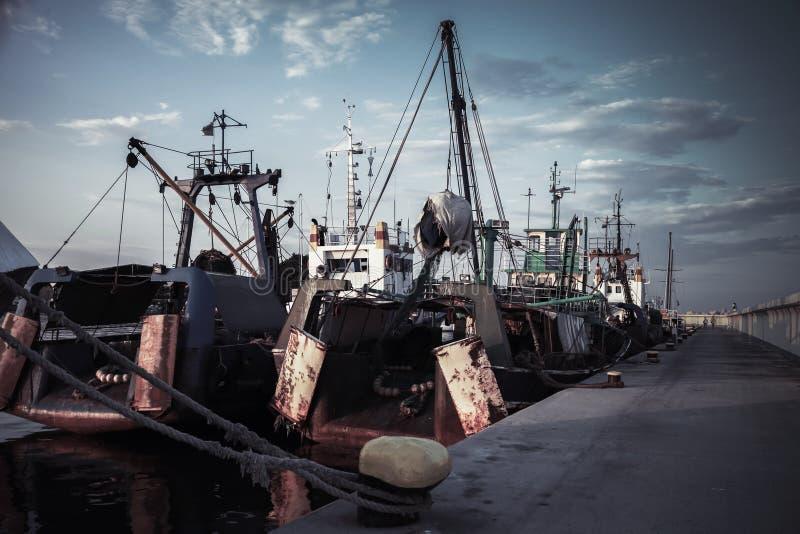 I pescherecci industriali sono attraccati in porto fotografia stock
