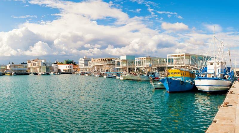 I pescherecci si sono messi in bacino al porticciolo recentemente costruito di Limassol cyprus immagini stock