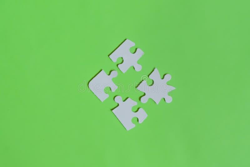 I pezzi sudici di puzzle hanno isolato la disposizione piana f fotografia stock