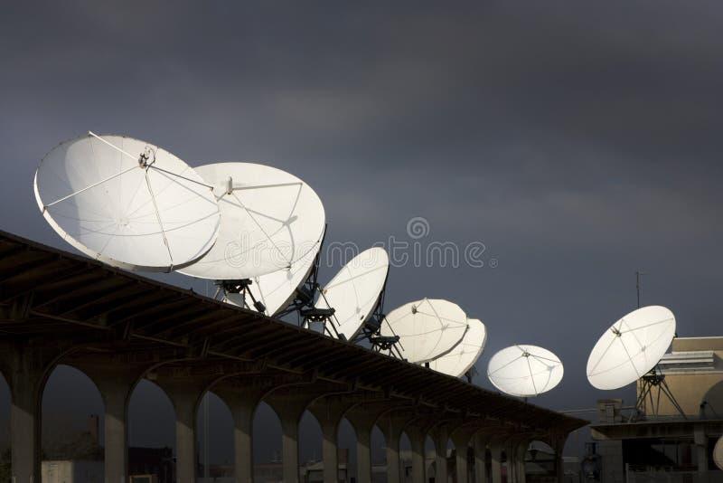 I piatti del ricevitore satellitare sottolineano la comunicazione e la tecnologia fotografia stock