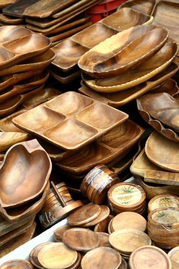 I piatti ed i vassoi di legno hanno venduto ad un deposito nelle Filippine immagine stock