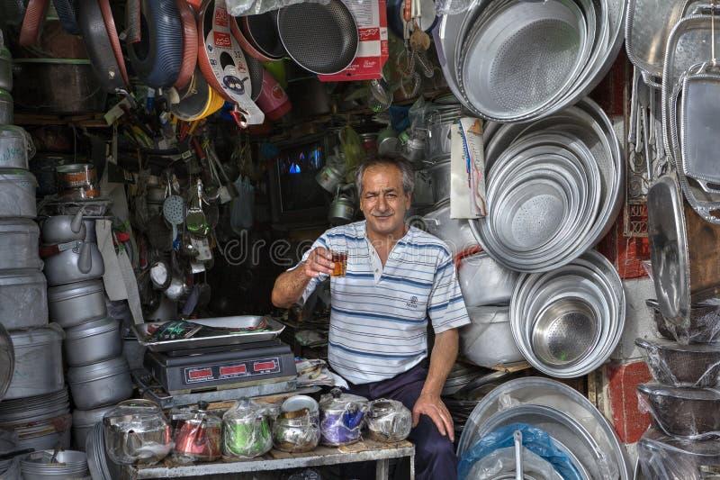 I piatti ed i vasi di alluminio del venditore in articolo da cucina comperano, Shiraz, IRA fotografia stock