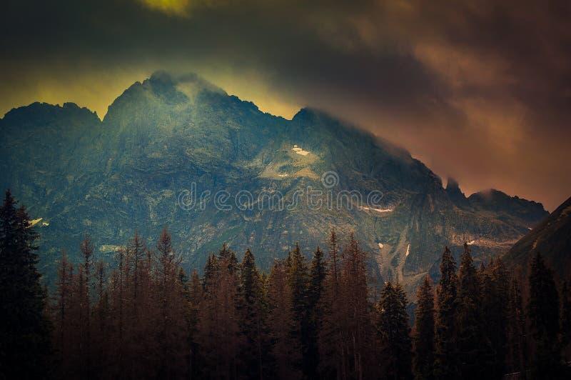 I picchi del Tatras subito dopo la molla infuriano immagini stock libere da diritti