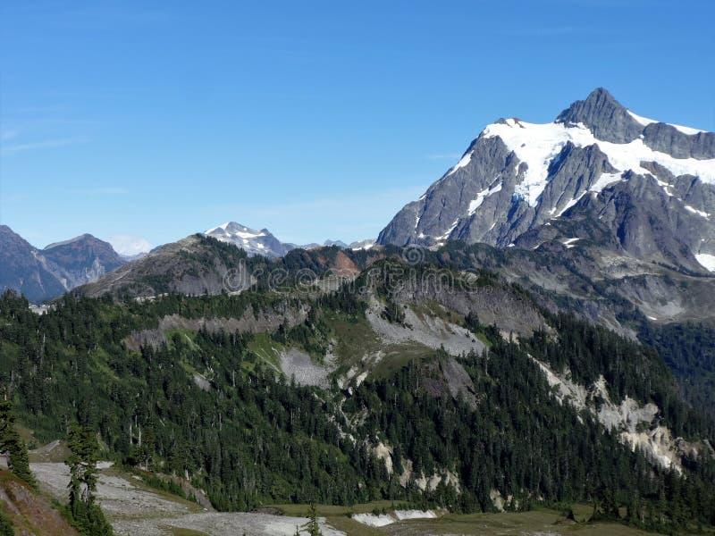 I picchi delle montagne del nord della cascata immagini stock libere da diritti