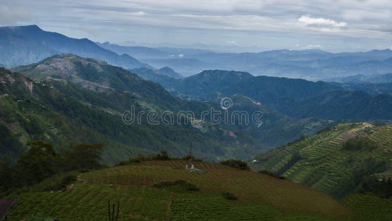 I picchi variopinti della provincia della montagna fotografia stock