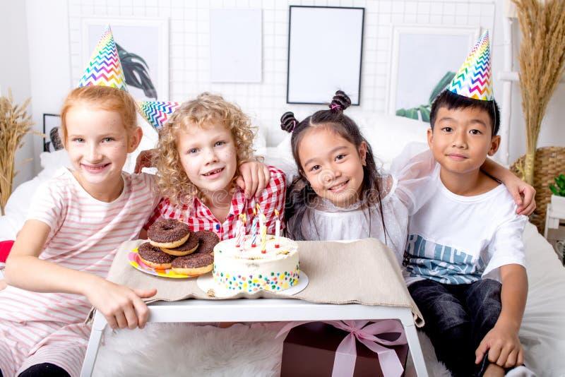 I piccoli bambini adorabili svegli stanno esaminando la macchina fotografica durante il compleanno fotografia stock libera da diritti