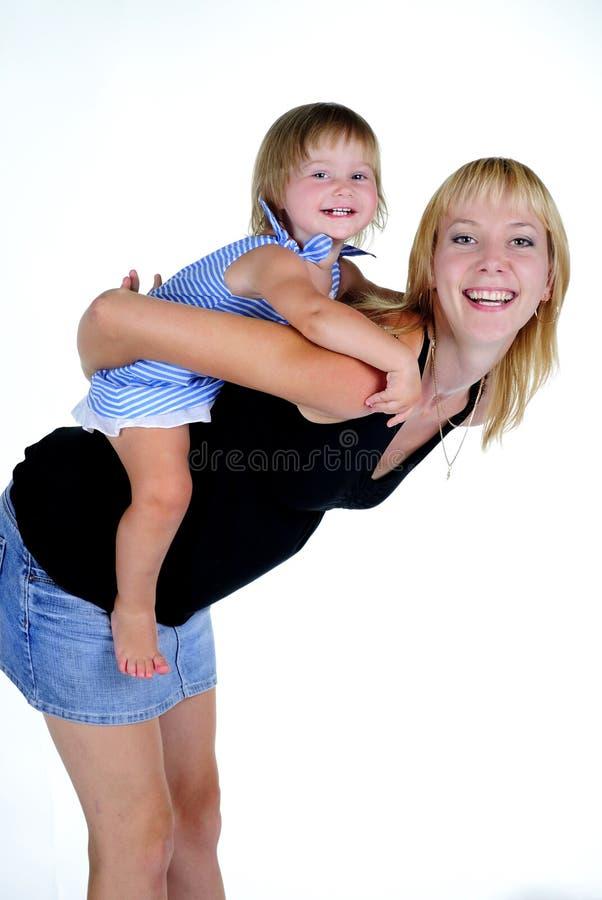 I piccoli bei giochi della ragazza con la mummia immagini stock libere da diritti