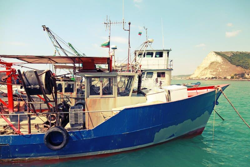 I piccoli pescherecci industriali sono attraccati in porto fotografia stock