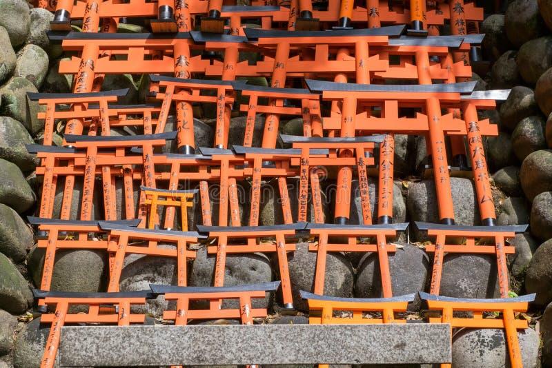 I piccoli portoni rossi di torii a Fushimi Inari shrine a Kyoto, Giappone immagini stock