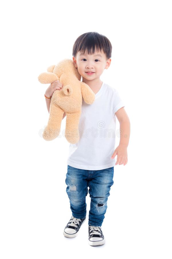 I piccoli stuffes asiatici dell'orsacchiotto della tenuta del ragazzo giocano e sorrisi più fotografia stock