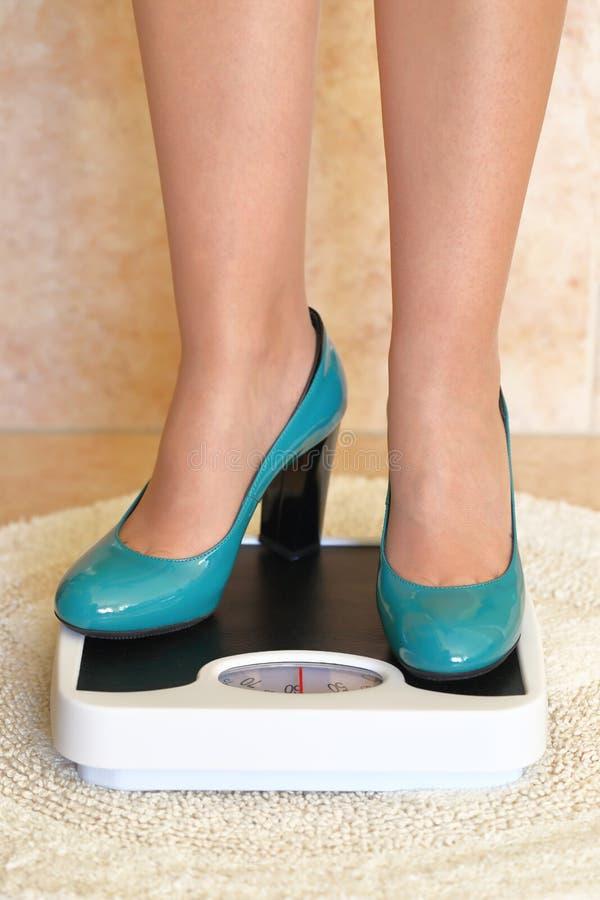 I piedi della donna in tacchi alti immagine stock