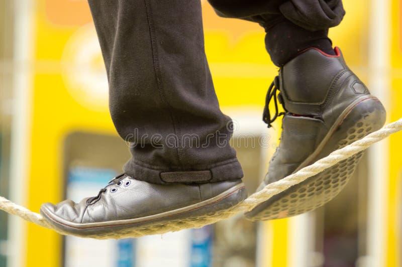 I piedi di un camminatore della corda per funamboli fotografie stock libere da diritti