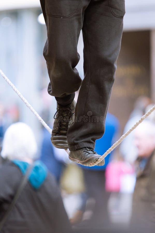 I piedi di un camminatore della corda per funamboli fotografie stock
