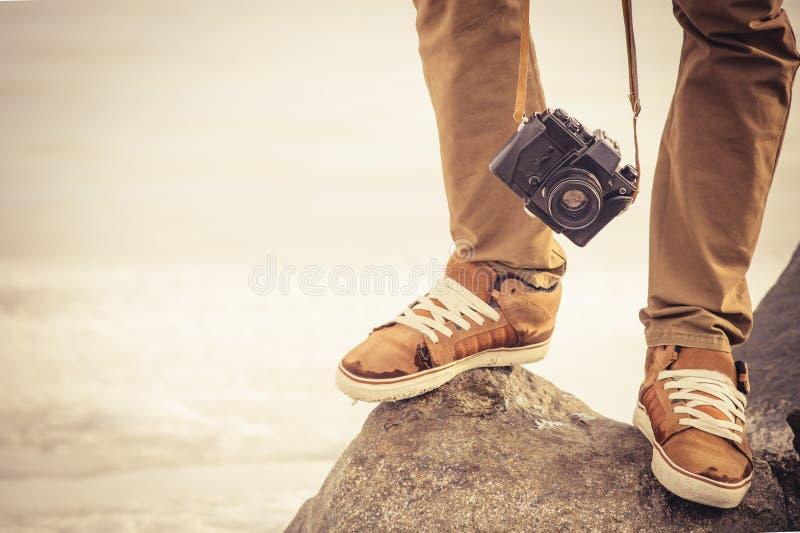 I piedi equipaggiano e retro macchina fotografica d'annata della foto all'aperto fotografia stock