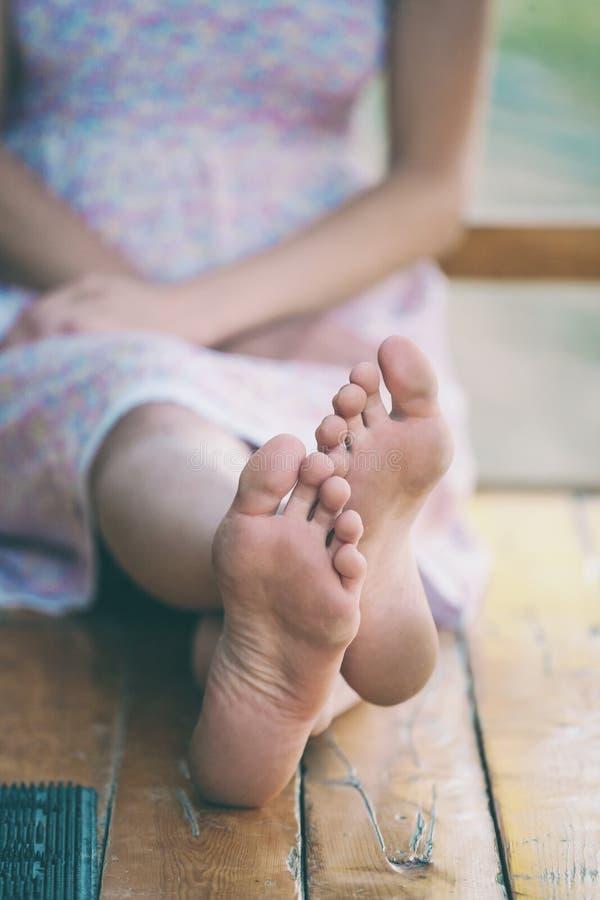 I piedi femminili si chiudono su fotografia stock