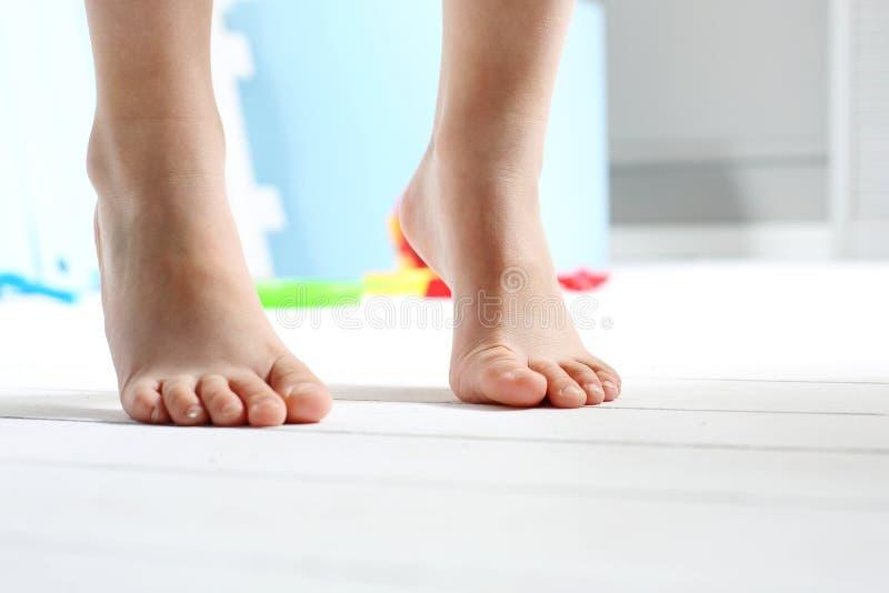 I piedi nudi dei bambini fotografia stock libera da diritti