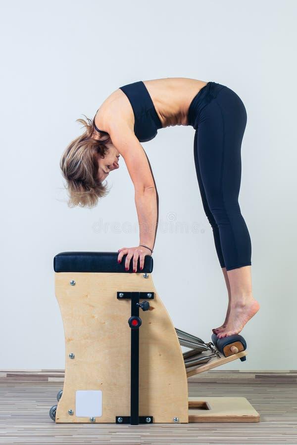I pilates combinati di wunda presiedono la ginnastica di yoga di forma fisica della donna fotografia stock libera da diritti