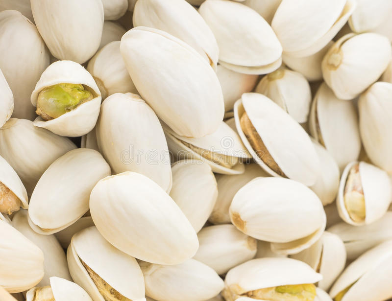 I pistacchi salati Roasted del mazzo fanno un spuntino alto chiuso fotografia stock libera da diritti