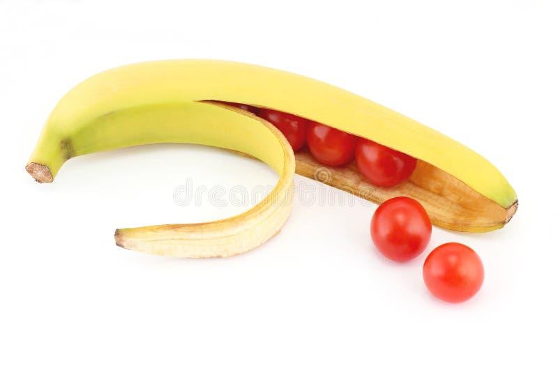 I pomodori nella banana delle coperture fotografia stock